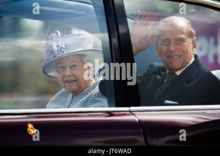 Sua Maestà la Regina Elisabetta II accompagnato da S.A.R. il Principe Filippo , Duca di Edimburgo lasciare ZSL Whipsnade Zoo dopo l'apertura del Centro per la cura dell'Elefante