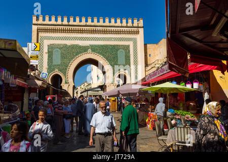 La vita di strada scena. Bab Bou Jeloud gate, entrata principale souk Medina di Fez, Fes el Bali. Il Marocco, Maghreb Foto Stock