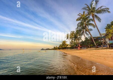 Bang Po tramonto sulla spiaggia in Koh Samui, Thailandia Foto Stock