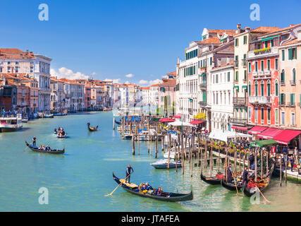 Gondole, con turisti, sul Canal Grande, accanto al Fondementa del Vin, Venezia, Sito Patrimonio Mondiale dell'UNESCO, Veneto, Italia, Europa Foto Stock