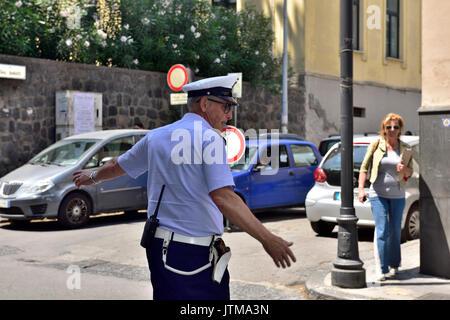 Il poliziotto italiano in piedi dirigere traffico Foto Stock