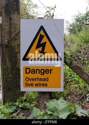 Spia triangolo giallo segno Pericolo cavi aerei sotto tensione; Regno Unito Foto Stock