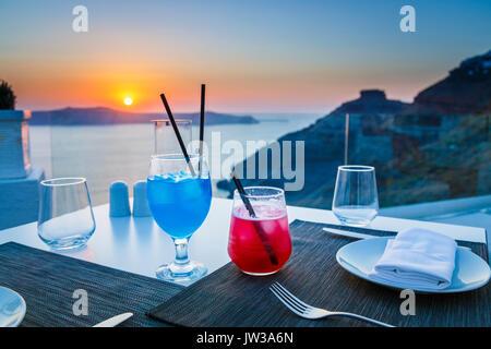 """Cocktail colorati, Imerovigli in serata, un villaggio vicino a Fira sull'isola greca di Santorini chiamato 'il balcone sul Mar Egeo"""" per il suo tramonto"""