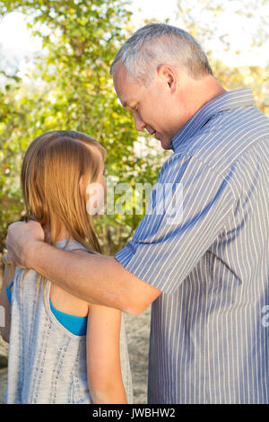 I genitori a parlare con la loro figlia adolescente. Foto Stock
