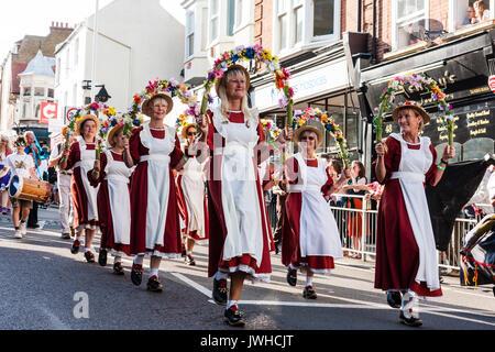 ... arancione con grembiule bianco e cappelli di paglia. Broadstairs Folk  Week festival parade. Ballerini Folk e593c99441c2