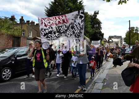 East London, Regno Unito. 12 Ago, 2017. Decine di abitanti protesta a Londra contro la demolizione del consiglio Foto Stock