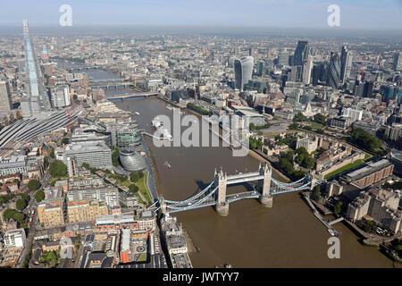 Vista aerea del Tower Bridge, Shard, Thames, & City of London skyline Foto Stock