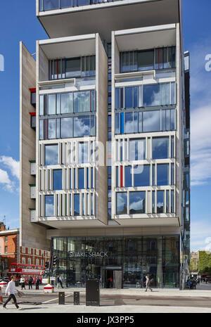Vista che mostra una vista in elevazione di appartamenti di lusso di fronte a Victoria Station. La Nova Edificio, Foto Stock