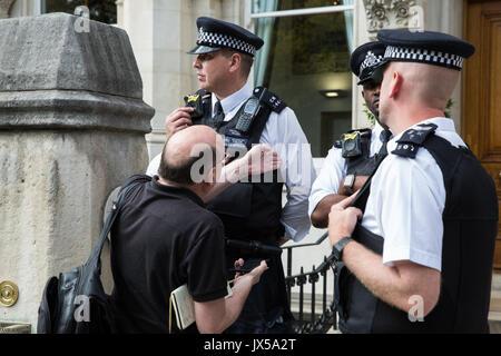 Londra, Regno Unito. 14 Agosto, 2017. Un giornalista è il rifiuto di ammissione all'assemblea degli azionisti della Foto Stock