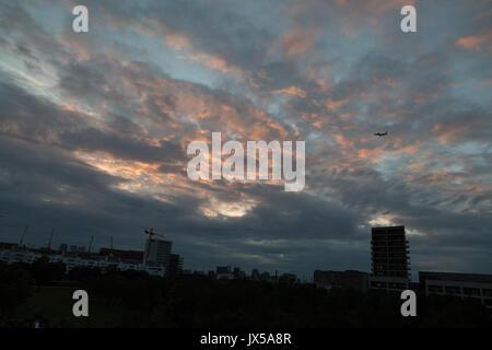 Silvertown, Londra, Regno Unito. Il 14 agosto 2017. Regno Unito: Meteo Nuvoloso Tramonto arancione al London City Foto Stock