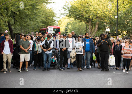 Londra, Regno Unito. 14 Agosto, 2017. Centinaia di persone prendono parte a una marcia silenziosa per chiedere giustizia Foto Stock