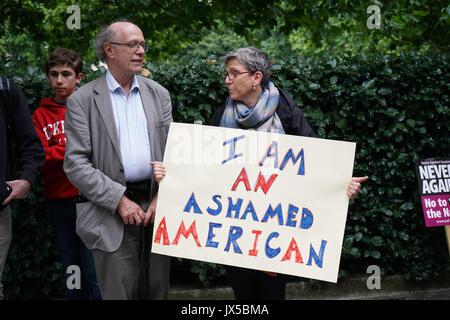 Ambasciata statunitense: Londra, Regno Unito. 14 Agosto, 2017. I sostenitori di unirsi contro il fascismo tenendo Foto Stock