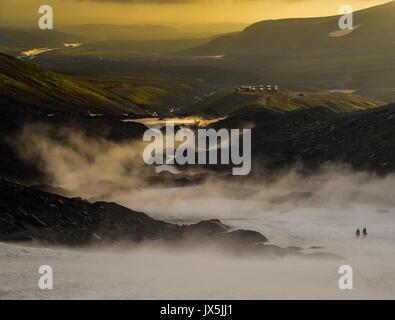 Territorio del Kamchatka, Russia. 12 Ago, 2017. Il fumo su montagne in Kamchatka. Credito: Yuri Smityuk/TASS/Alamy Foto Stock