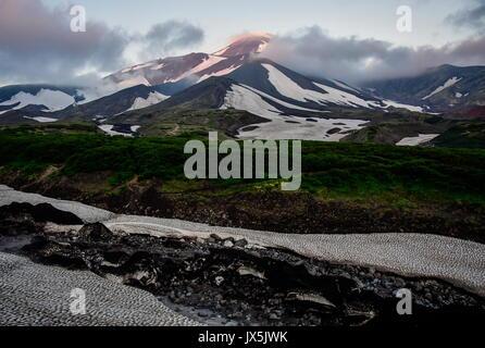 Territorio del Kamchatka, Russia. 12 Ago, 2017. Una vista di Avachinsky attivi Stratovulcano. Credito: Yuri Smityuk/TASS/Alamy Foto Stock