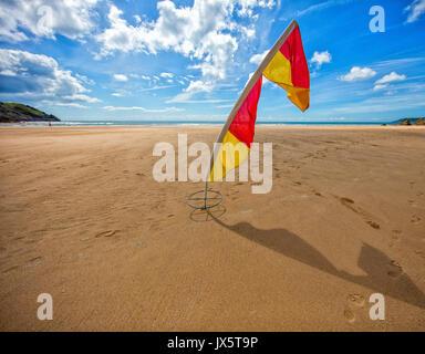 Indicatore di avvertimento al Three Cliffs Bay sulla costa di Gower di South Wales UK Foto Stock