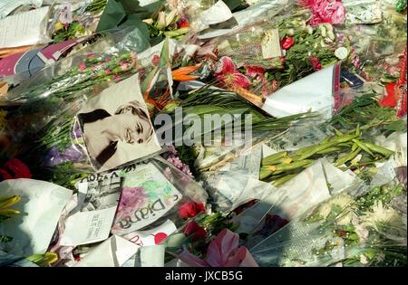 Omaggi floreali fuori Buckingham Palace il giorno del suo funerale. Il 31 agosto 1997, alle 4 del mattino ora locale, Foto Stock