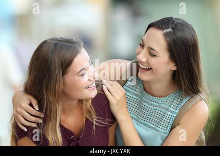 Ritratto di due amici felice incontro e scherzando su strada Foto Stock