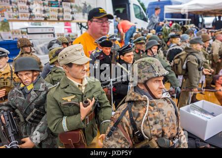Venditore In Wwii Stand Con Vendita Di Manufatti Militari