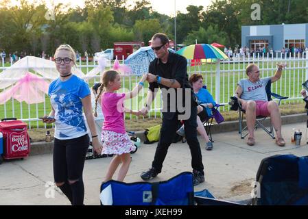 Memphis, Tennessee, Stati Uniti d'America, 15 agosto 2017. Settimana di Elvis. Veglia a lume di candela. La gente Foto Stock