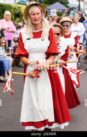 ... di colore arancione con grembiule bianco. Tradizionale womens Morris  ballerini 71756e33cd99
