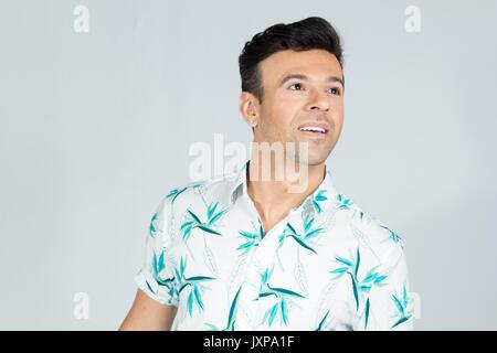 L estate tropicale. Uomo sorridente e guardando verso l alto. Il brasiliano  uomo che indossa una camicia 6b750f8ed686
