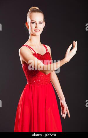 Studio di fotografia ritratto di una giovane adolescente femmina bianca ballerina indossando abiti da ballo