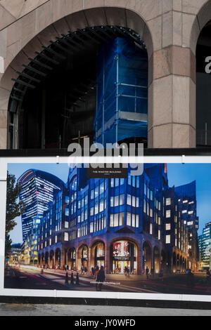 Pedoni e una costruzione palizzata per il Minster edificio, il 14 agosto 2017, nella città di Londra, Inghilterra. Foto Stock