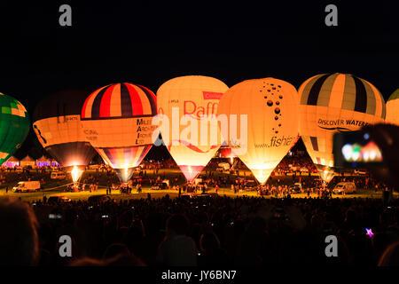 Una vista della notte candelette a Bristol Balloon Fiesta 2017 a Ashton Court, Bristol. Foto Stock