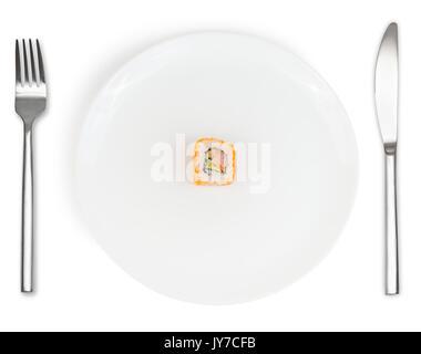 Singolo rotolo di sushi nel centro della piastra bianca con coltello e forchetta isolati su sfondo bianco. alimenti Foto Stock