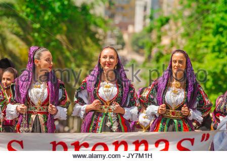Sardegna festival, ritratto di tre donne in costume tradizionale durante il grand parade della Cavalcata Sarda festival Foto Stock
