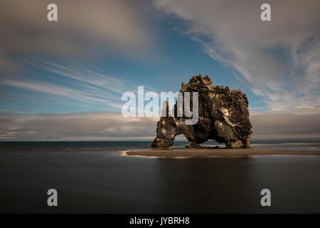 Stack di basalto di Hvitserkur presso la costa nord dell'Islanda. Foto Stock