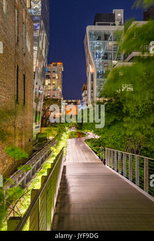 La linea alta passeggiata di notte nel cuore di Chelsea. Manhattan, New York City Foto Stock