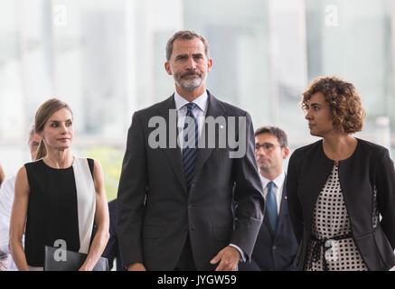 Barcellona, Spagna. 19 Ago, 2017. Spagna il re Felipe VI anteriore (C) e Queen Letizia (FRONT L) arrivano all'Ospedale Foto Stock