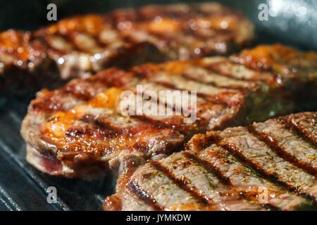 Materie Ribeye con erbe e spezie, la frittura in padella per grigliare. Foto Stock