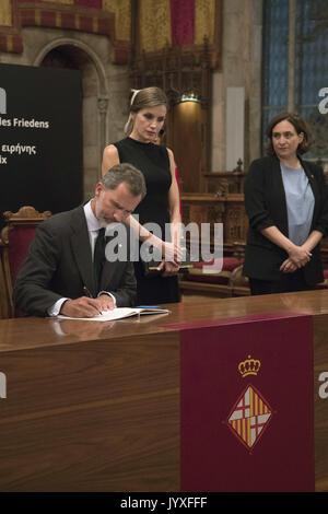 Barcellona, in Catalogna, Spagna. 19 Ago, 2017. Il re Filippo VI di Spagna, Regina Letizia di Spagna firma in un Foto Stock