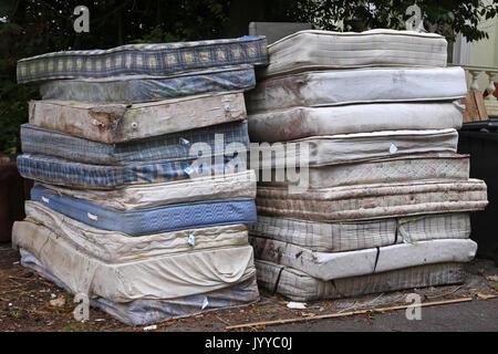 Una pila di materassi sporchi sono impilati su una strada in Devon, Regno Unito Foto Stock
