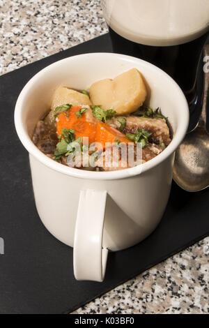 Dublino vizierà, una specialità irlandese in una tazza sull'ardesia Foto Stock