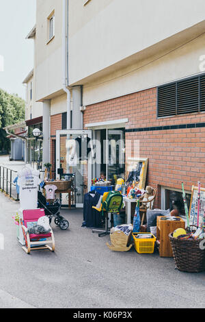 Arredamento sul marciapiede fuori del negozio di grazia for Arredamento seconda mano