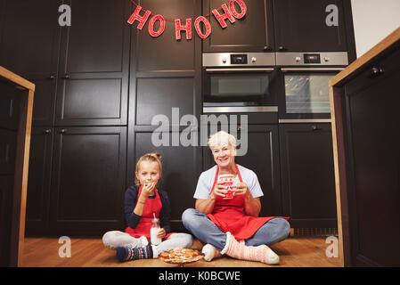 Ritratto di Nonna e nipote in cucina Foto Stock