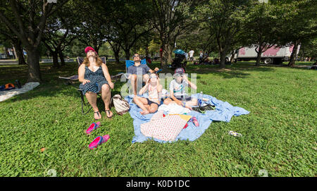 New York, Stati Uniti. 21 Ago, 2017. La famiglia Papageorge visualizzazione parziale eclissi solare con occhiali Foto Stock