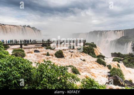 I turisti sulla piattaforma di osservazione, cascate di Iguazú, di Foz do Iguaçu, Paraná, Brasile Foto Stock