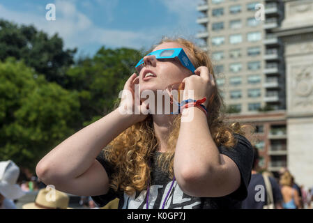 New York, NY 21 Agosto 2017 - Eclipse watchers riuniti a Washington Square per vedere una parziale eclissi solare. Foto Stock