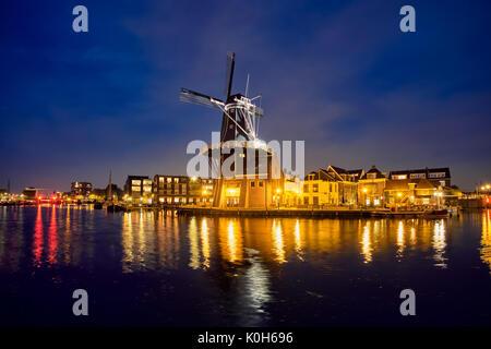 Harlem landmark windmill De Adriaan sul fiume Spaarne. Harlem, Foto Stock