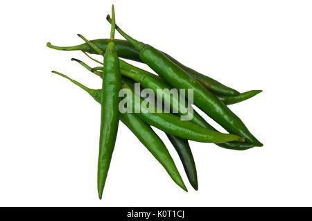 Il pepe di cayenna ha una pelle verde. Quando matura, il colore diventa di colore giallo o rosso. Foto Stock