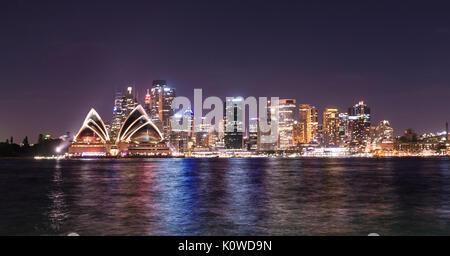 Il Circular Quay e le rocce di notte, skyline con la Opera House di Sydney, l'Opera, il Quartiere Finanziario, il distretto bancario, Kirribilli