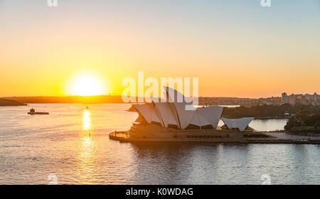 Il Circular Quay e rocce al tramonto di Sydney Opera House, opera nel retro del distretto finanziario, il distretto bancario, Sydney