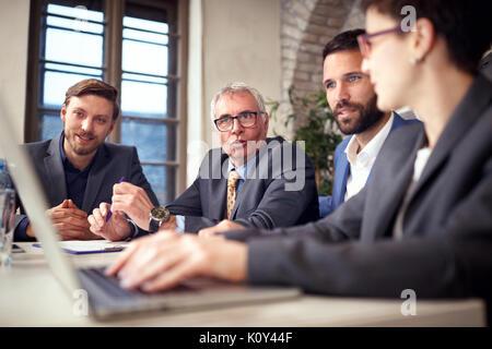 La gente di affari avendo discussioni sulla riunione di affari Foto Stock