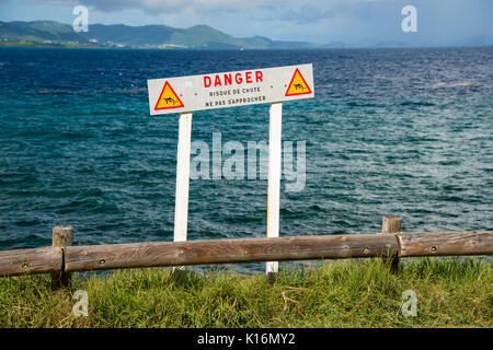 Segno francese avviso di persone di tenersi lontano da un pericoloso cliff edge in Martinica (non avvicinarsi, rischio di caduta)
