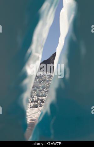 All'interno di un 'turqoise' blu glaciale di formazione di ghiaccio, con una vista al ghiacciaio al di là su Fox Foto Stock