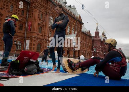 Mosca, Russia. 25 Agosto, 2017. Wakeboard piloti si stanno preparando per andare in scia a parcheggiare nei pressi Foto Stock